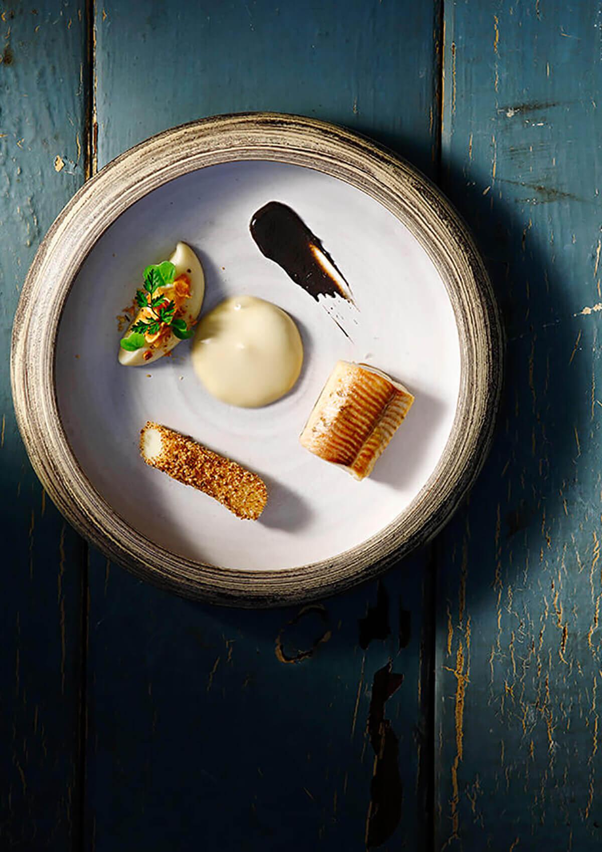 Σιγοψημμένη Πέστροφα σε καμμένο βούτυρο, με Λαγόχορτο, Μαύρο Σκόρδο και αφρό από σαγκουίνι, Yuzu και σιρόπι Σφενδάμου